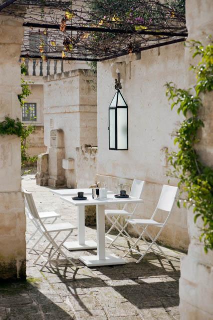 esterno di una residenza con tavolo e sedie bianche