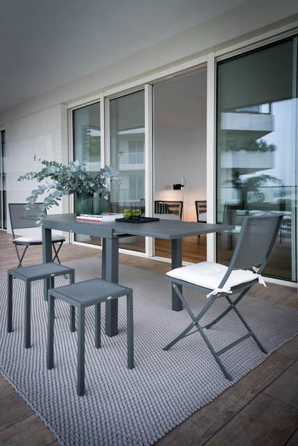 terrazzo con tavolo allungabile e tappeto grigio