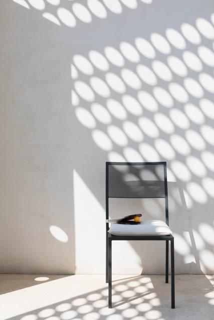 sedia impilabile color grafite con racchetta ping pong