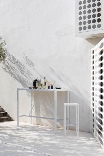 tavolo e sgabello alti bianchi con cocktail